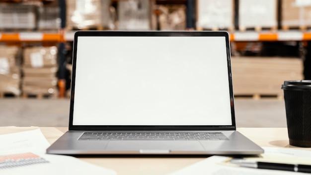 Feche a tela do laptop em branco