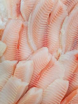 Feche a textura da carne de peixe fatiada em um mercado
