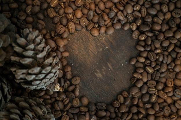 Feche a textura do feijão de café com pinho, fundo de grão de café.