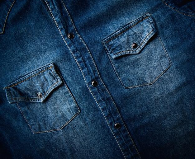 Feche a textura do fundo da camisa jeans azul