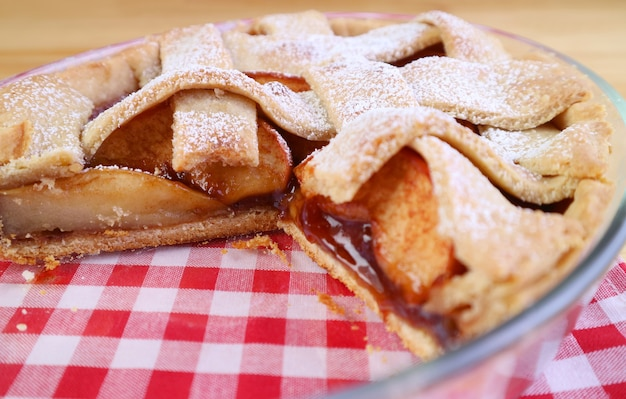 Feche a textura do recheio da torta de maçã caseira fresca na tigela de cozimento