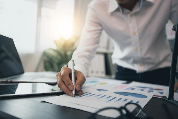 Feche a verificação do empresário e planejando o gráfico financeiro