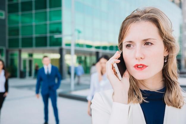 Feche a vista da empresária fazendo um telefonema