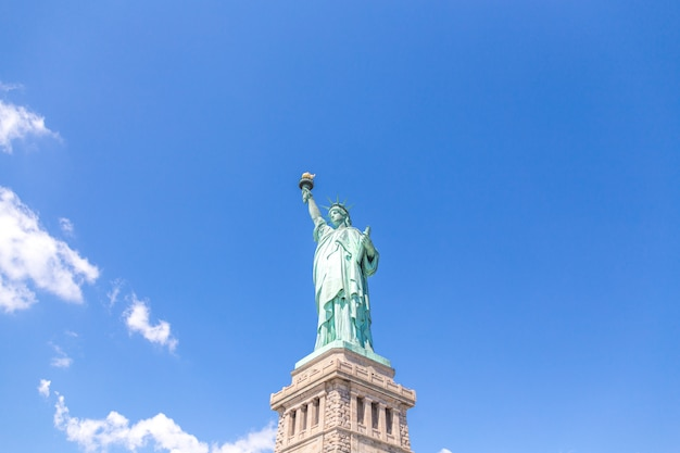 Feche a vista da estátua da liberdade sobre o céu azul
