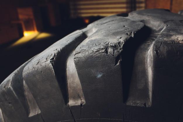 Feche a vista de vários novos pneus de rodas enormes para caminhões de todos os terrenos, monster trucks, pântanos, tratores. pneus largos com protetor profundo para carros e caminhões fora de estrada.