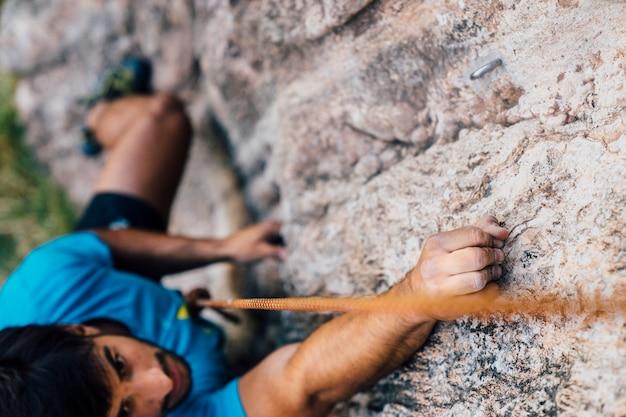 Feche a vista do alpinista no rock