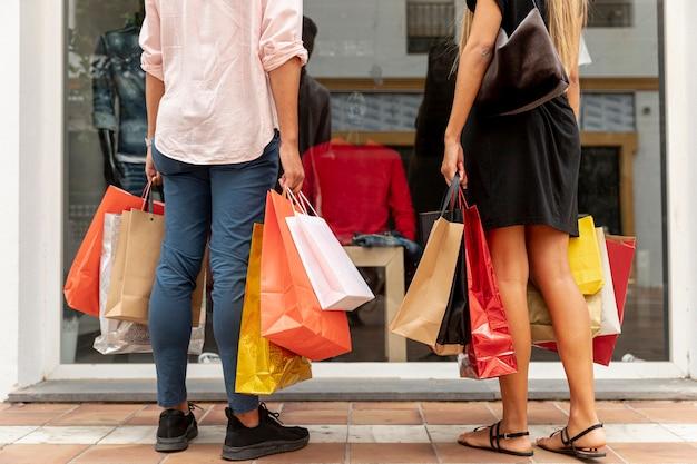 Feche a vista dos sacos de compras perto da loja
