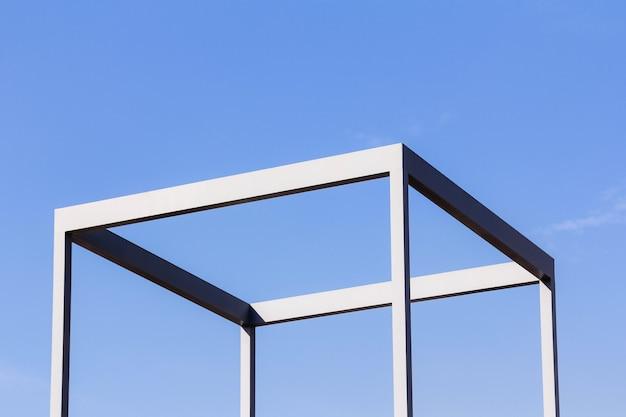 Feche a vista externa de uma estrutura de cubo metálico feita de ferro.