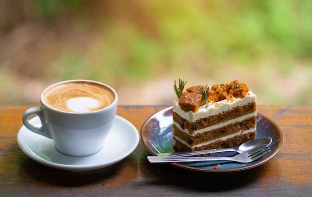 Feche a xícara de café na mesa de madeira verde bokeh de fundo