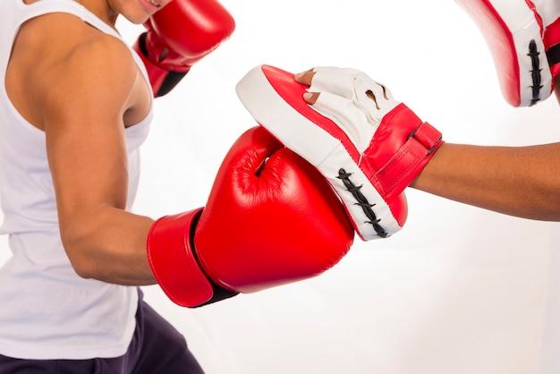 Feche acima da ação do exercício do encaixotamento na classe da aptidão no fundo branco.