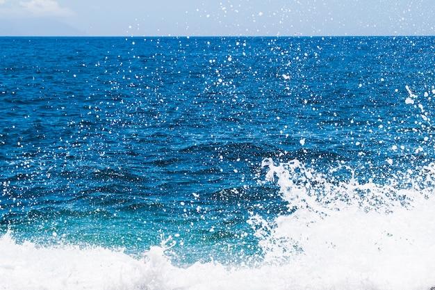 Feche acima da água cristalina com ondas