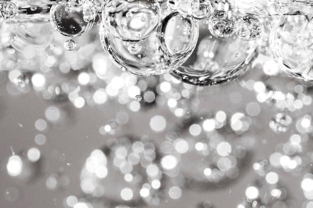 Feche acima da água cristalina em gotas de óleo