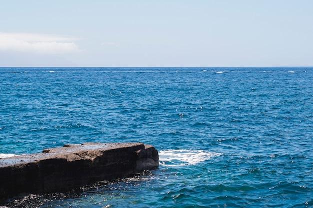 Feche acima da água cristalina na praia