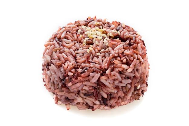 Feche acima da baga do arroz preto cozido com gergelim, isolado no branco, riceberry.