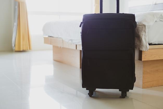 Feche acima da bagagem de mão no quarto de hotel