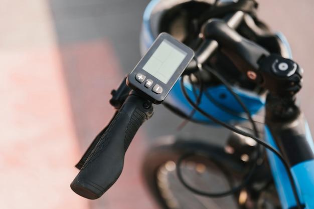 Feche acima da barra do punho da e-bicicleta