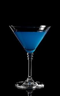 Feche acima da bebida azul de curaçau. lagoa azul cocktail em vidro. beber
