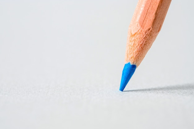 Feche acima da cabeça de um lápis de cor azul, conceito criativo idéia colorida