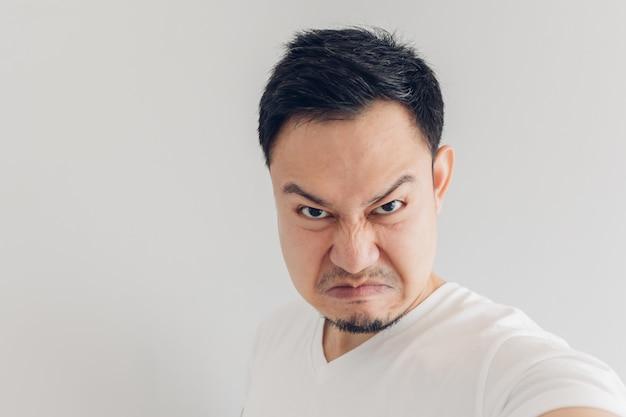 Feche acima da cara do selfie irritado do homem ele mesmo.