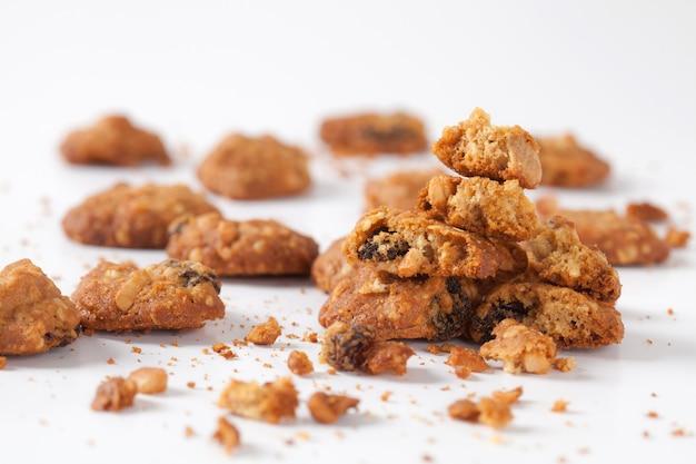 Feche acima da cookie isolada no fundo branco no estúdio.