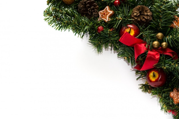 Feche acima da decoração da grinalda da árvore de natal isolada no fundo branco.