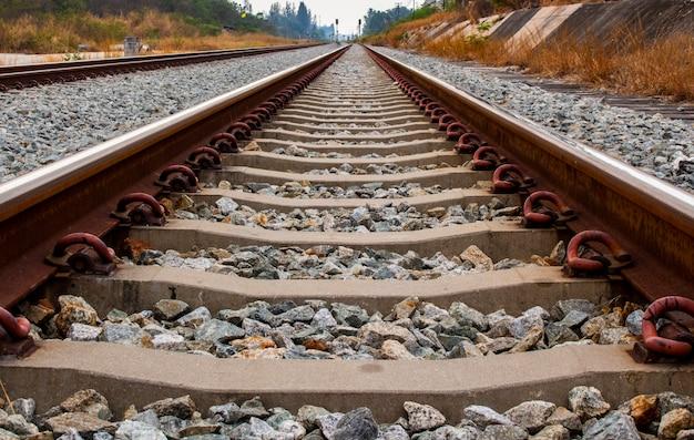 Feche acima da dor de ferro do ferro e do dorminhoco concreto da estrada de ferro ou do laço de estrada de ferro.