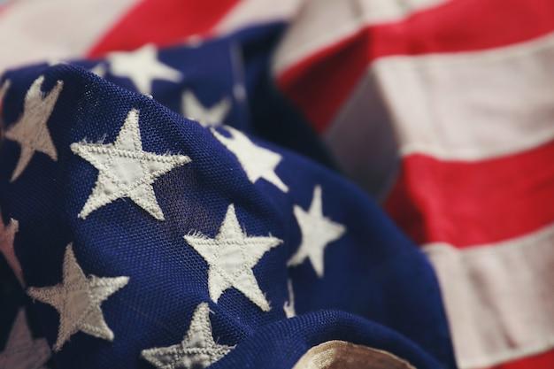Feche acima da estrela na bandeira americana que encontra-se livremente.