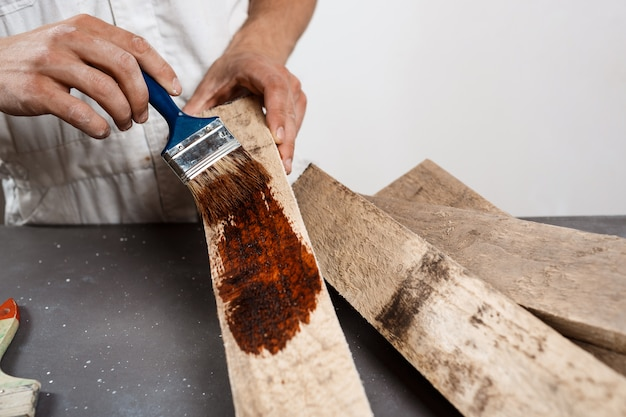 Feche acima da foto da madeira da pintura na cor marrom.