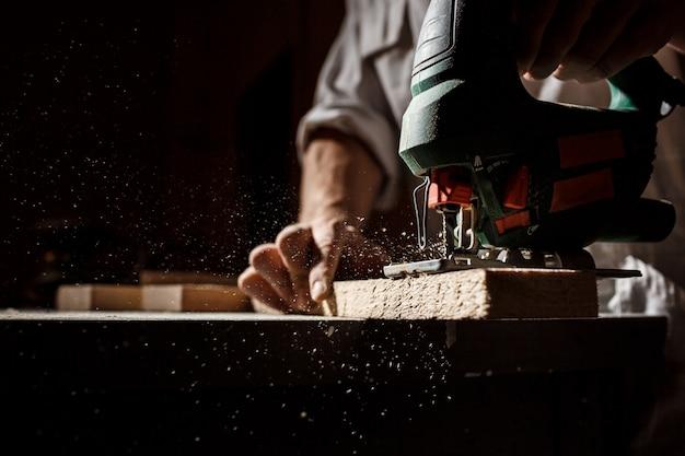 Feche acima da foto de cortar madeira com fretsaw.