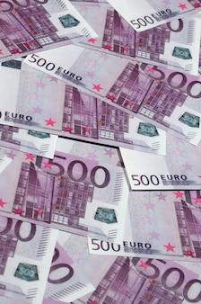Feche acima da foto do fundo quantidade de quinhentas notas da moeda da união europeia