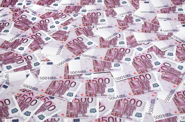 Feche acima da foto do fundo uma quantidade de cinco cem notas da moeda da união europeia.