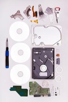 Feche acima da ideia de um disco rígido desmontado computador isolado em um fundo branco.