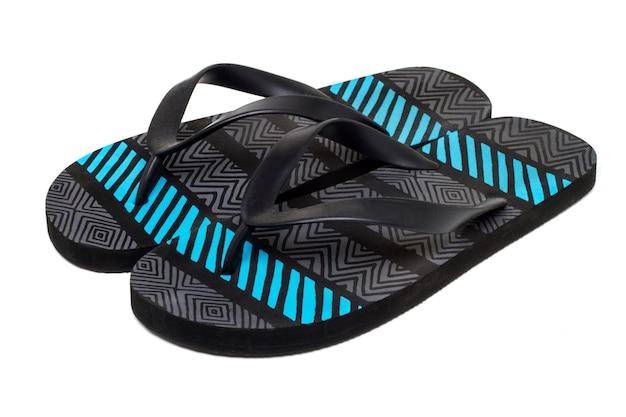 Feche acima da ideia de um par de sandálias da praia isoladas em um fundo branco.