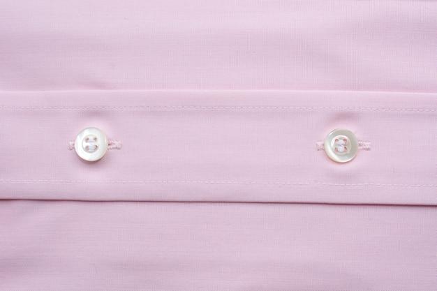 Feche acima da ideia de uma camisa cor-de-rosa genérica do negócio.