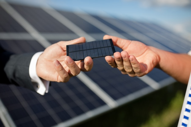 Feche acima da ideia do artigo fotovoltaico, painel solar dentro de bastidores.