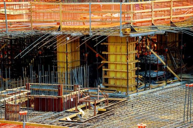 Feche acima da ideia do reforço do concreto com as hastes de metal conectadas pelo fio.