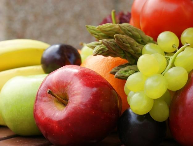 Feche acima da imagem da fruta e verdura saudáveis