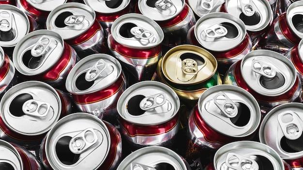 Feche acima da imagem da lata de alumínio vazia