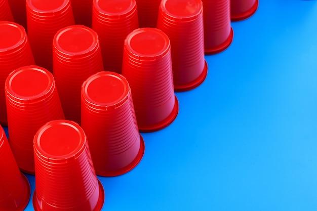 Feche acima da imagem de copos de plástico vermelho