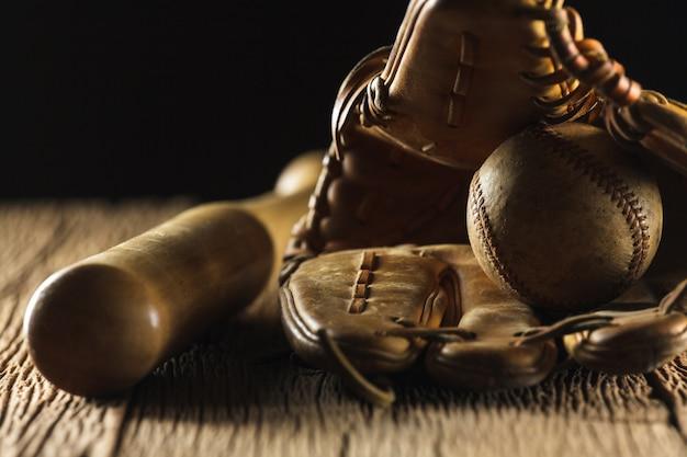 Feche acima da imagem de um velho beisebol usado