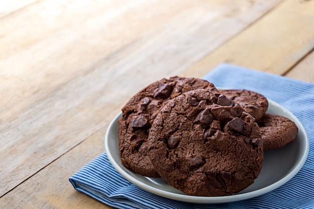 Feche acima da imagem do cookie de chocolate drak em chapa branca