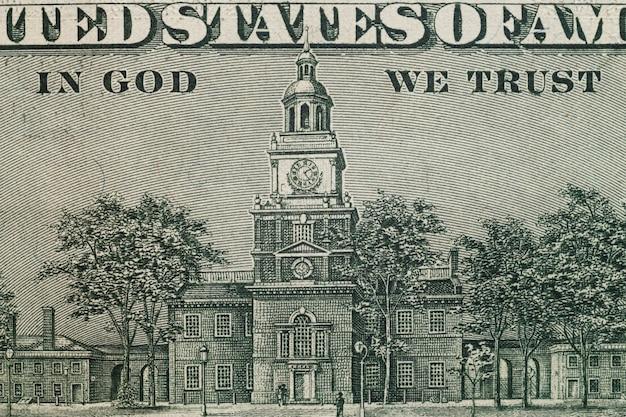 Feche acima da imagem no reverso da nota de cem dólares do estados unidos.