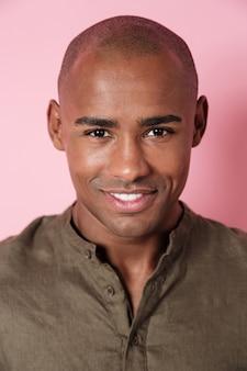 Feche acima da imagem vertical do homem africano sorridente olhando