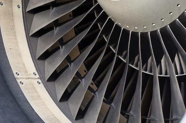 Feche acima da lâmina do ventilador do avião do motor.