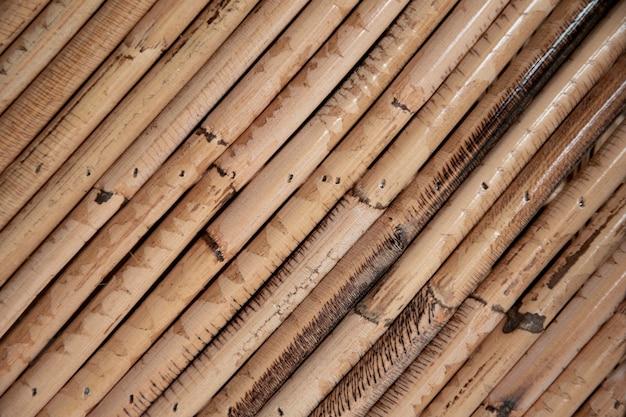 Feche acima da madeira de bambu velha decorativa do fundo da parede da cerca