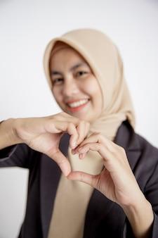 Feche acima da mão do empresário mulher vestindo hijab amor sinal mão pose, conceito de trabalho de escritório isolado fundo branco