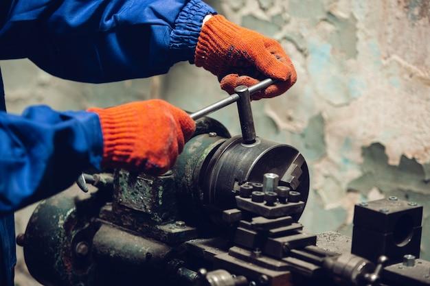 Feche acima da mão do reparador, construtor profissional trabalhando dentro de casa, reparando