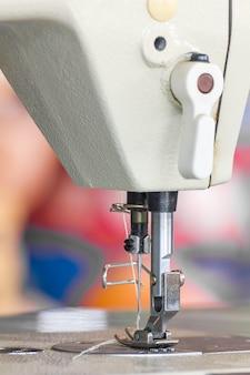 Feche acima da máquina de costura industrial