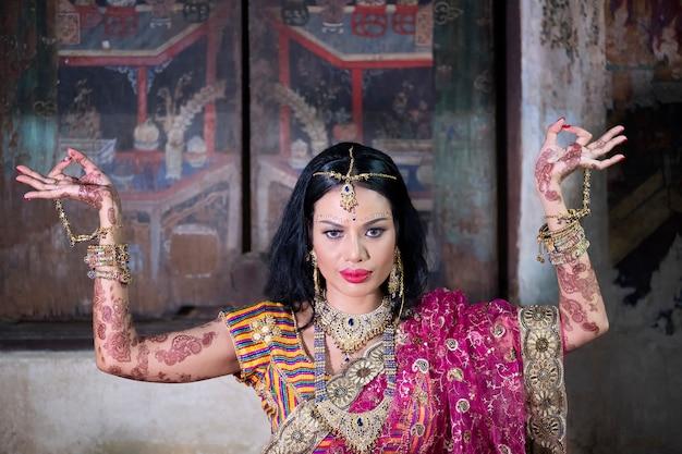 Feche acima da menina indiana bonita modelo hindu novo da mulher com joia kundan.