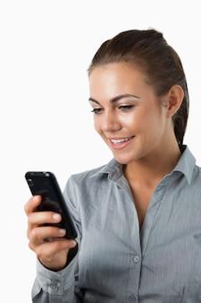 Feche acima da mensagem de texto de leitura sorridente da mulher de negócios